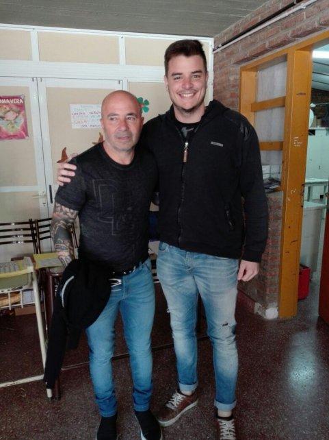Sampaoli votó en Casilda y los presentes aprovecharon para sacarse algunas fotos.