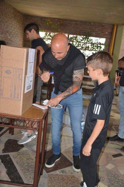 El DT de la selección, cumpliendo su deber cívico en su Casilda natal.