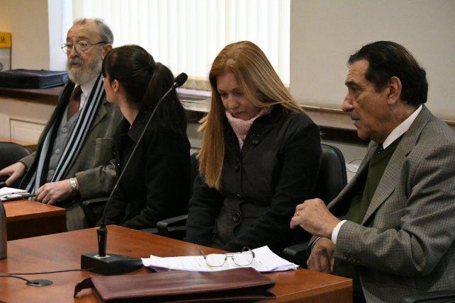 Las acusadas y sus defensores durante la primera audiencia.