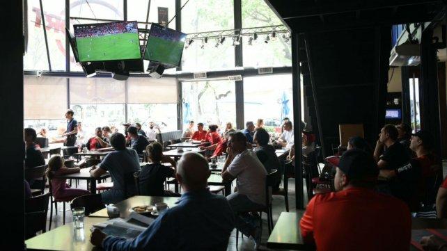 Hinchas de Newell's siguieron el partido desde los bares.